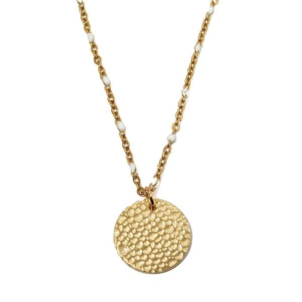Collier pendentif martelé en acier inoxydable doré.