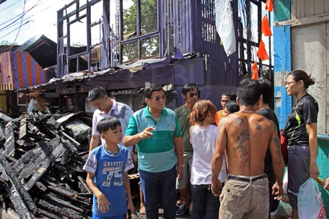 SITO AVOCADO LAHUG FIRE AFTERMATH/DEC.27,2015:Acting Cebu City Mayor Edgar Labella talk to resident of sitio Avocado Barangay Lahug who were affected of fire the other day during his visit in the area.(CDN PHOTO/LITO TECSON)