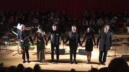 Sara Cecala e gruppo musicisti con attore e cantante readign Don Attilio Cecchini