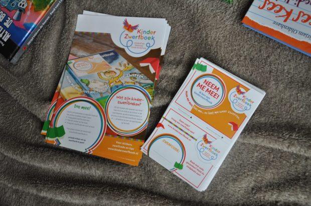 Stickers om zelf zwerfboeken te maken en flyers met uitleg om er in te stoppen.