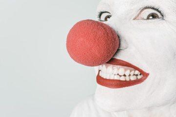 artist-circus-clown-476-825x550