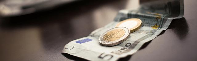 pieniądze euro banknot monety kurier