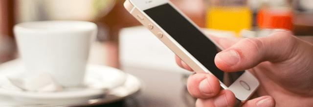 telefon iphone ajfon apple ręka biały telefon komórka nowy dotykowy kawiarnia