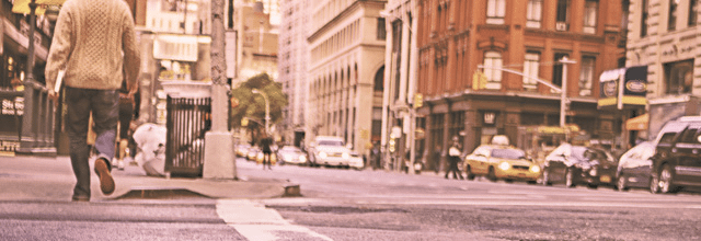 mężczyzna chłopak facet w swetrze miasto spacer