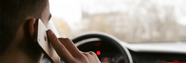 mężczyzna facet chłopak to świnia telefon iphone rozmawianie w czasie jazdy samochód kierownica