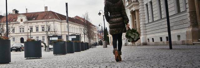 kobieta nogi zakupy miasto spacer chodnik