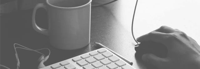 komputer biała klawiatura kubek herbata myszka męska dłoń praca freelancer