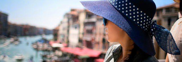 kapelusz z rondem szerokim niebieski dziewczyna wakacje