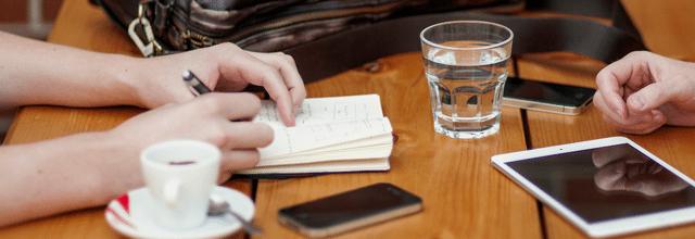 rozmowa spotkanie notatnik stolik drewniany