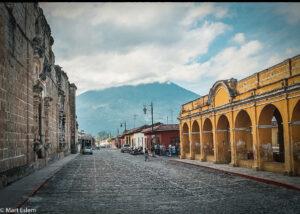 Antigua Guatemala je obklopena sopkami (Mart Eslem)