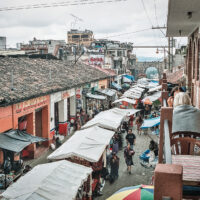 Ulice plné stánků, Chichicastenango, Guatemala (Mart Eslem)
