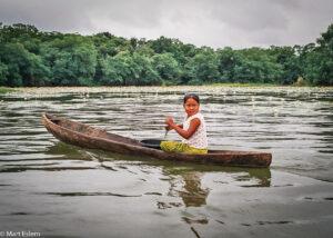 Holčička na řece Rio Dulce, Guatemala (Mart Eslem)