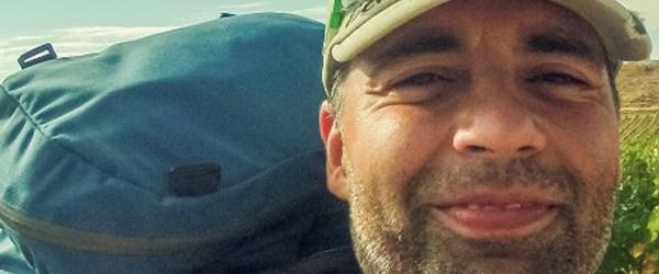 Mart Eslem tlemící se a jdoucí (selfie)