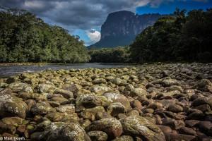 Břeh řeky Churúm uprostřed ztraceného světa stolových hor ve Venezuele (Mart Eslem)