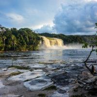 Vodopád Sapo v laguně Canaima (Mart Eslem)