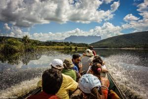 Na pramici proti proti proudu řeky Carrao (Mart Eslem)