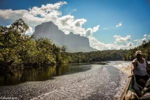 Stolové hory ztraceného světa na břehu řeky Carrao (Mart Eslem)