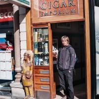 Bratr Michal před obchodem s doutníky (Mart Eslem)