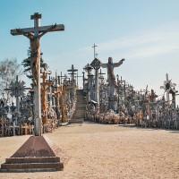 V pozadí dřevěná socha Krista na hoře Křížů (Mart Eslem)