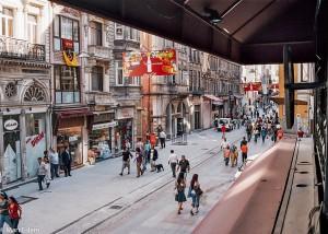 Rušná třída Istiklal v Istanbulu (Mart Eslem)