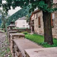 Hlavní a téměř jediná ulice v Koločavě (Mart Eslem)