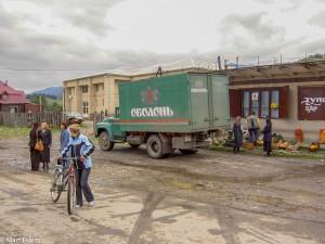 Vlevo vedle náklaďáku je průčelí kulturního domu v Koločavě (Mart Eslem)