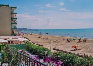 Výhled z hotelu na pláž Potěmkina v Dürresu (Mart Eslem)