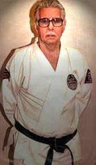 """Robert A. Trias (1923–1989), apre il primo dojo americano a Phoenix, Arizona e diventa noto come """"il padre del karate americano""""."""