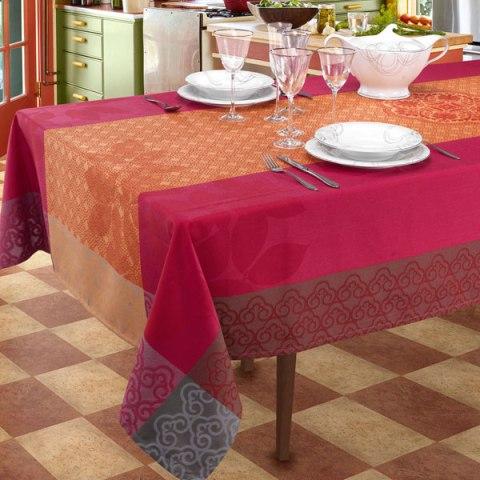 Valencia Completo di Tovaglie dal design moderno con lavorazione al telaio di colore rosso
