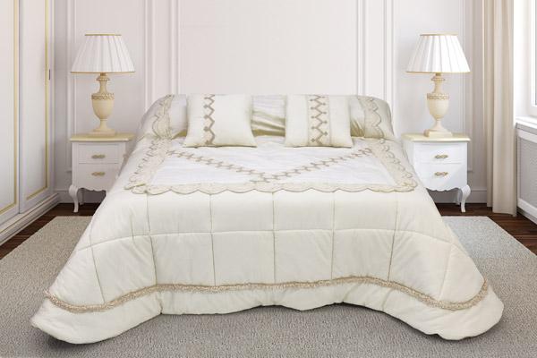 trapunta matrimoniale colore panna base taffettas piano letto velluto arricchito balza ricamata