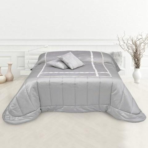 Trapunta in raso grigio e velluto sul piano letto con passamaneria treccia ricamata avorio
