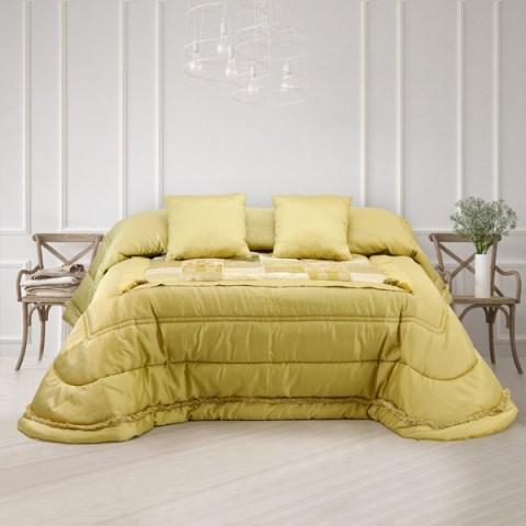 Trapunta in raso oro con lavorazione pacthwork sul piano letto