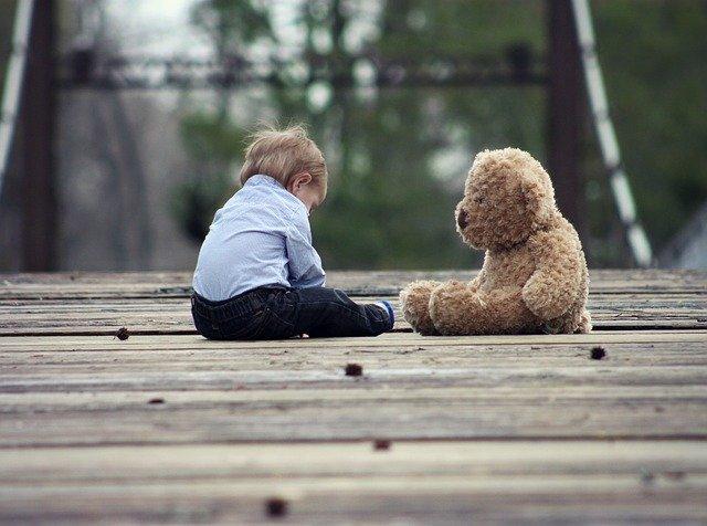 bimbo e orso di peluche
