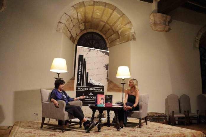 Rosa Montero protagonizó la primera velada literaria seguntina, a las puertas del otoño