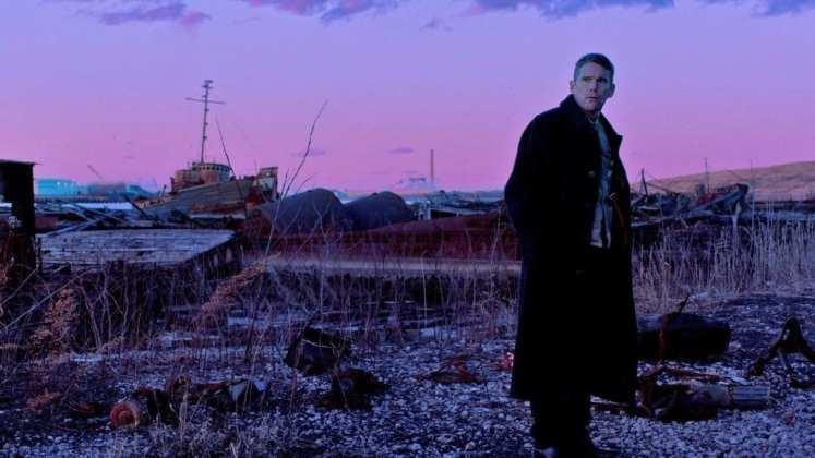 "Image from the movie ""El reverendo"""
