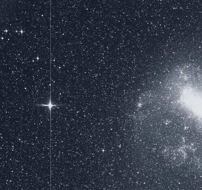 El satélite de la misión TESS tomó esta instantánea de la Gran Nube de Magallanes (derecha) y la brillante estrella R Doradus (izquierda) con un solo detector de una de sus cámaras el martes 7 de agosto. Image Credit: NASA/MIT/TESS