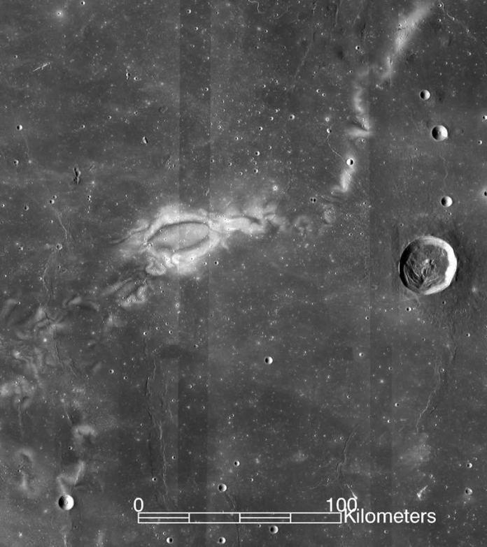 La investigación con datos de la misión ARTEMIS de la NASA sugiere que los remolinos lunares, como el remolino lunar Reiner Gamma captado en esta imagen por la sonda espacial Lunar Reconnaissance Orbiter, LRO, de la NASA, podrían ser el resultado de las interacciones del viento solar con las bolsas aisladas del campo magnético de la Luna. Image Credit: NASA/GSFC