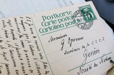 Dans une institution internationale, on s'écrit aussi des cartes postales...