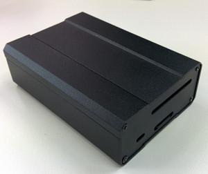 Hinten findet man einen SD Karten- und Flachbandkabel-Schlitz, sowie ein Loch für die LED