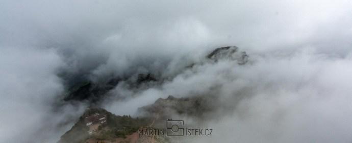 Pohled z nejvyšší hory Pico Ruivo doprovází povětšinou mlha