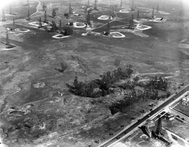 La Brea Tar Pits and oil derricks, Wilshire Blvd, 1924