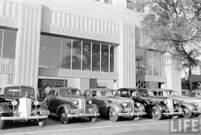 Cars parked at the Bullocks Wilshire department store 1938