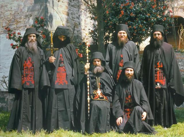 """Părintele Efrem Filotheitul și-a trimis ucenicii acasă, spunându-le: """"urmează să se întâmple ceva foarte rău pe continentul Nord-American""""."""