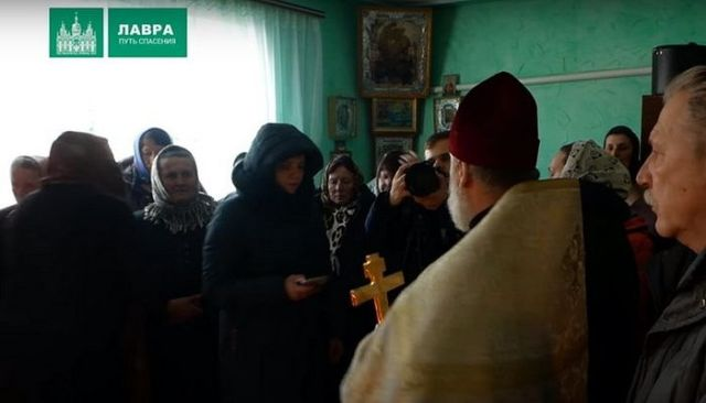 Schismaticii ucrainieni amenință un preot că-l va scoate din casa parohială în care ține slujbe alături de enoriași