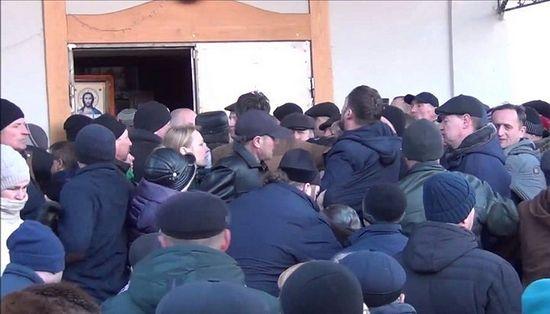 Deputat al statului ucrainean atacă și bate o monahie în timpul sechestrării unei biserici canonice