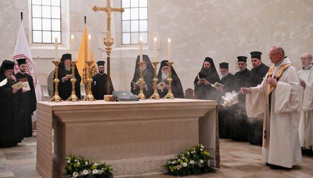"""Patriarhul Bartolomeu și părinți athoniți au participat la Vecernie într-o """"mănăstire catolică"""""""