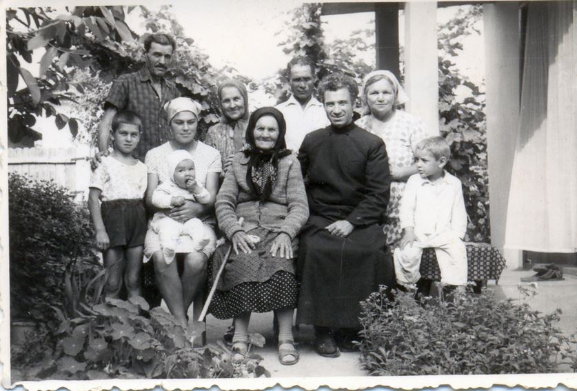 5-parintele-gheorghe-calciu-marturisitorii-ro-acasa-cu-mama-si-familia-la-mahmudia