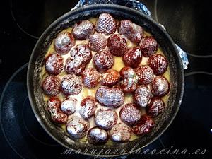 Tarta de chocolate clanco y fresas en el molde