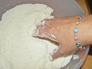 Mezclamos la harina con la mantequilla y la sal