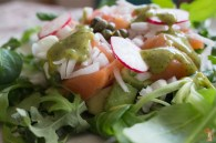 Ensalada de salmón marinado con aguacate y salsa de eneldo